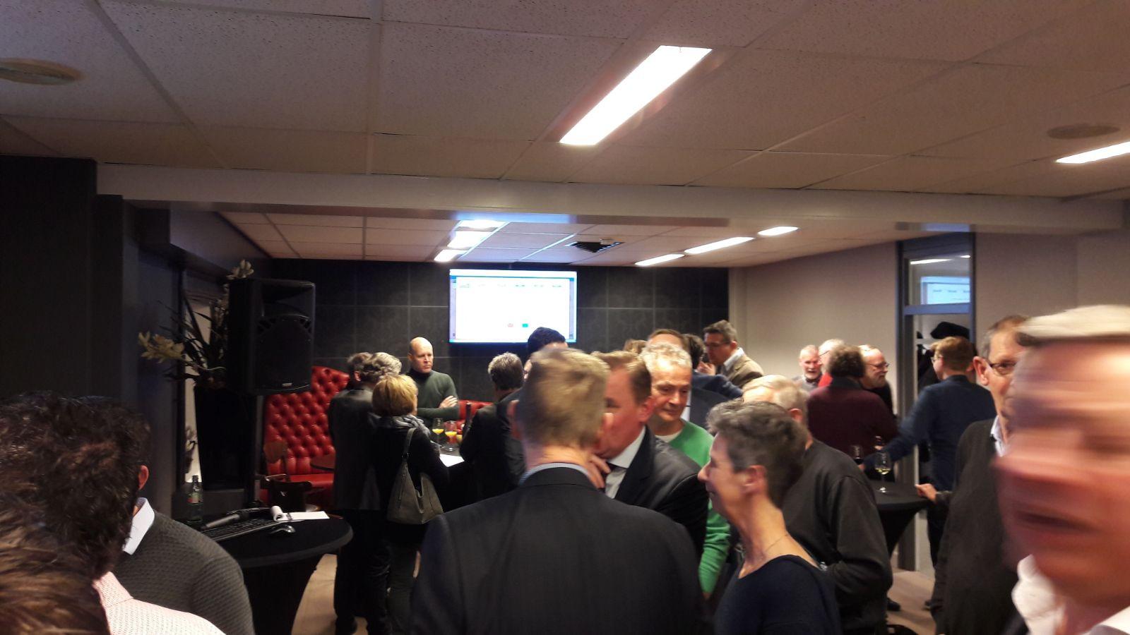 Drukte tijdens de verkiezingsavond in het gemeentehuis in Heinkenszand.