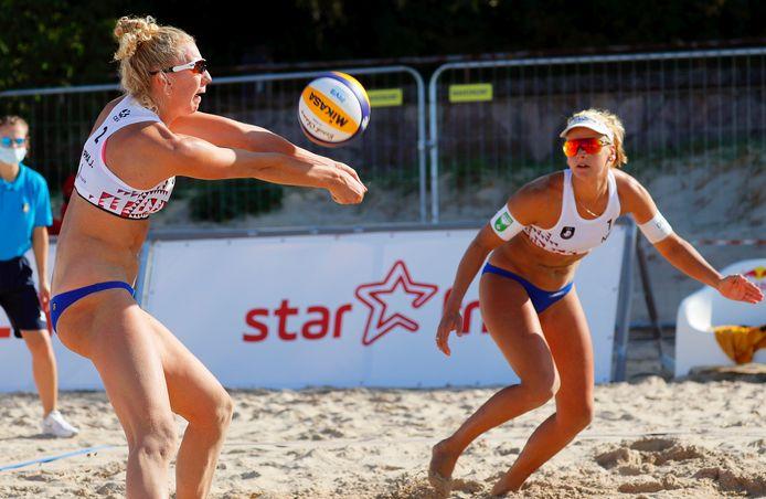 Marleen Ramond van Iersel (rechts) en Pleun Ypma in actie in hun eerste poulewedstrijd tijdens het EK in Jurmala.