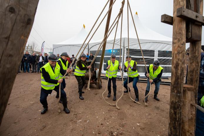 Met een hoop menskracht werd dinsdagmiddag symbolisch de eerste paal geslagen voor de bouw van een nieuwe campus voor arbeidsmigranten op bedrijventerrein Haven Zeven. WorkInn Waalwijk gaat de campus heten.