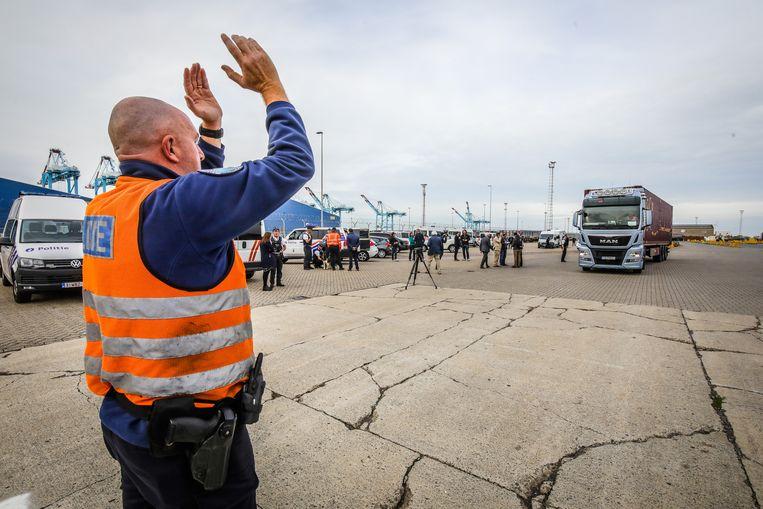 De politiediensten hebben maandagavond een grootschalige controleactie gehouden tegen transmigranten.