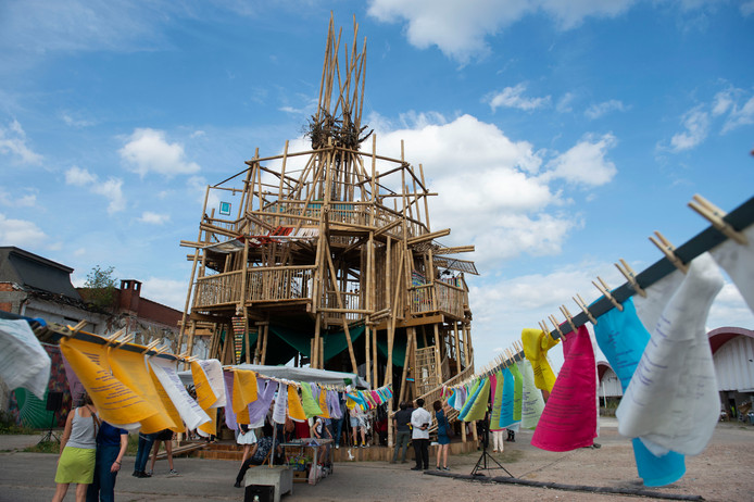 Stadsdichter Maud Vanhauwaert en Roofropiger voltooien De toren van Babel.