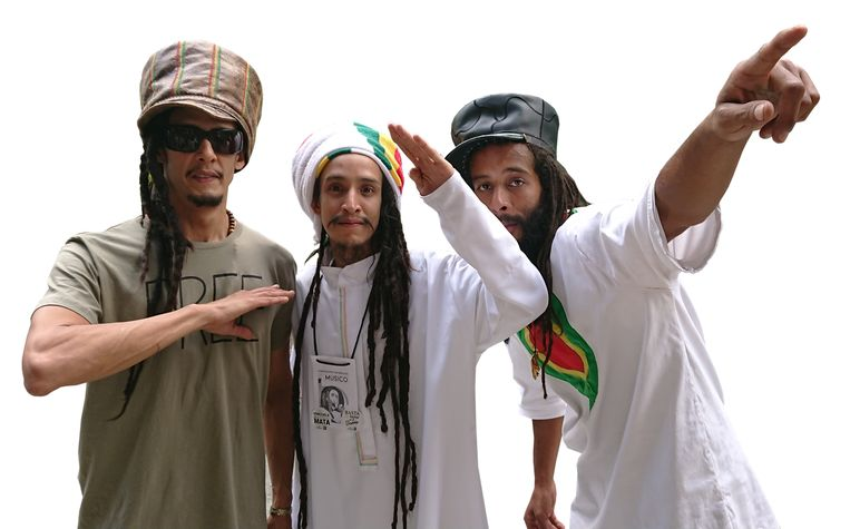 Reggae- en protestzanger Ras Benjamin (midden) met zijn band Bahtawi op het muziekfestival 'Stand up for your rights'. Beeld Edwin Koopman