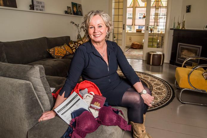 Jeannette ter Horst vertrekt naar Lesbos om vluchtelingen te helpen. Ze neemt een tas met bh's mee en heeft haar ticket en paspoort al klaarliggen.