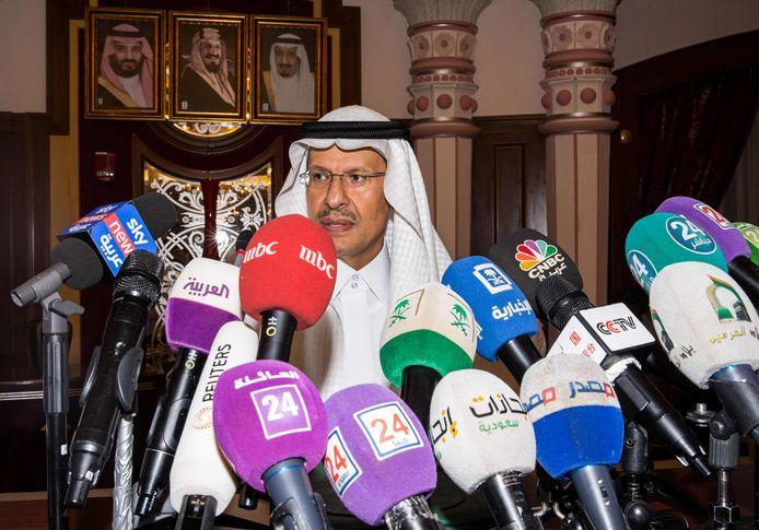 De Saoedische Energie-minister prins Abdulaziz bin Salman tijdens zijn persconferentie in Jeddah.