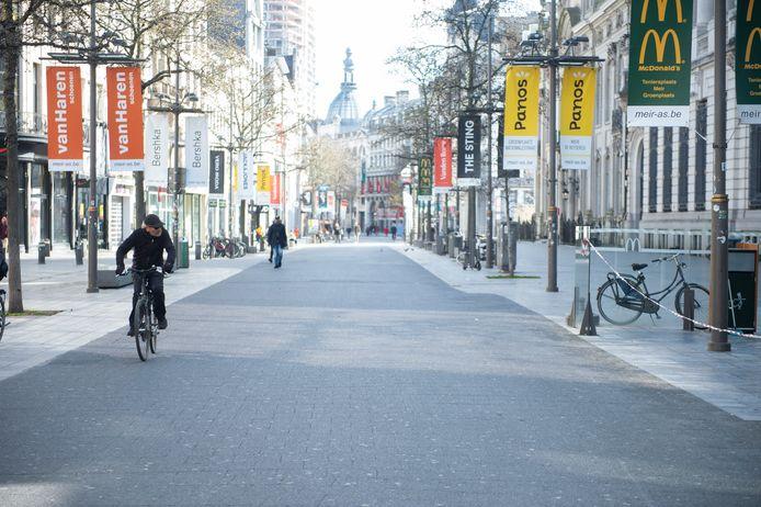 Een haast compleet verlaten Meir, de bekendste winkelstraat van Antwerpen.