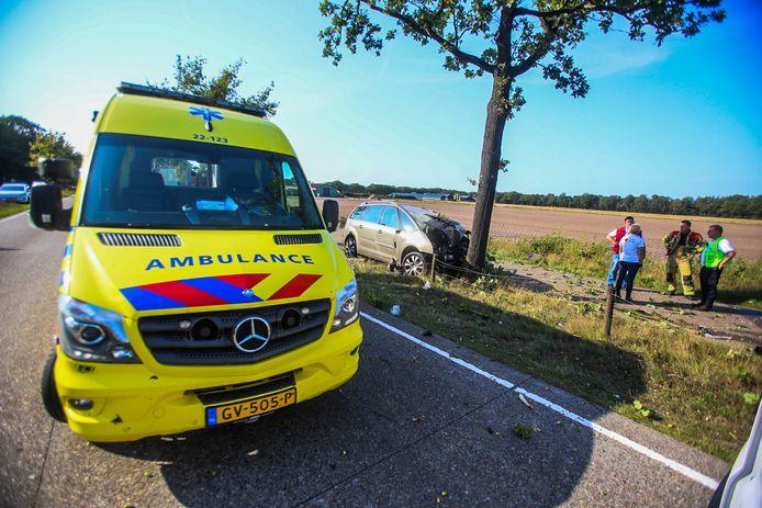 De bestuurster van een personenauto is zondagmiddag overleden nadat deze tegen een boom botste op de N270 tussen Helmond en Deurne.