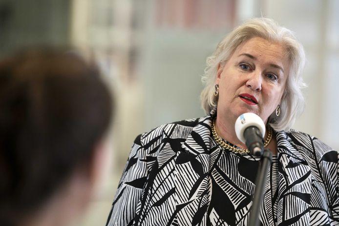Burgemeester Marianne Schuurmans van Haarlemmermeer staat de pers te woord.