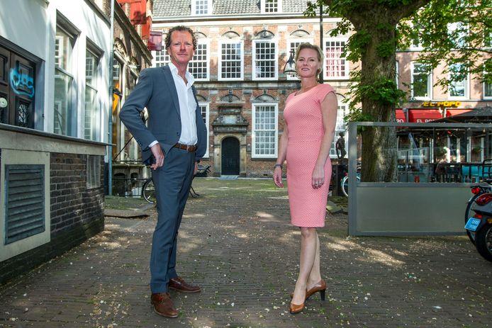 Henry Franken (hier samen met Tanja Wortel van Franken Vastgoed) voor het vroegere kantongerechtsgebouw aan de Brink in Deventer.