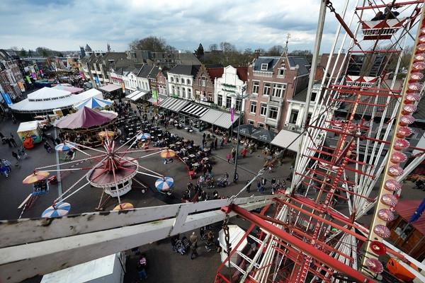 Overzicht van de historische attracties vanuit het ook al nostalgische reuzenrad dat deze dagen voor het raadhuis staat.