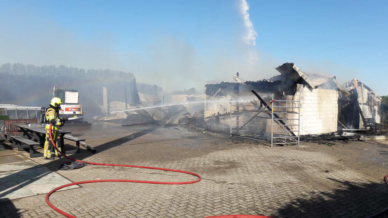 Brand in een opslagschuur bij een kersenbomgaard in Winssen.