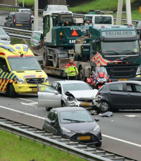Rijstrook en afrit afgesloten door aanrijding op A4 bij Rijswijk