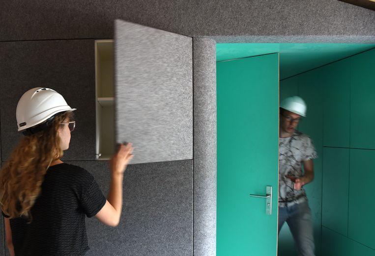 Studenten van de Technische Universiteit in Eindhoven (team VIRTUe) doen mee aan een internationale bouwwedstrijd gericht op innovatief en duurzaam bouwen, 'het huis van de toekomst'. Beeld Marcel van den Bergh / de Volkskrant