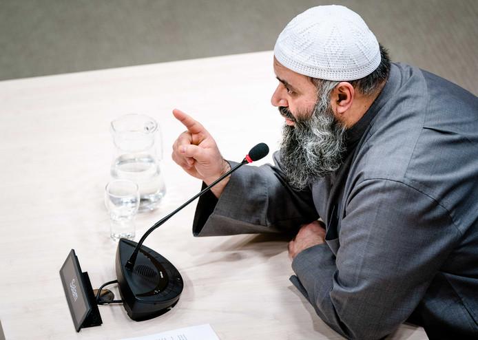 Suhayb Salam, bestuursvoorzitter en geestelijke leider van de Utrechtse stichting alFitrah tijdens de openbare verhoren van de parlementaire ondervragingscommissie.