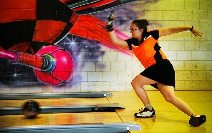Lindsey Paling in actie op de bowlingbaan.