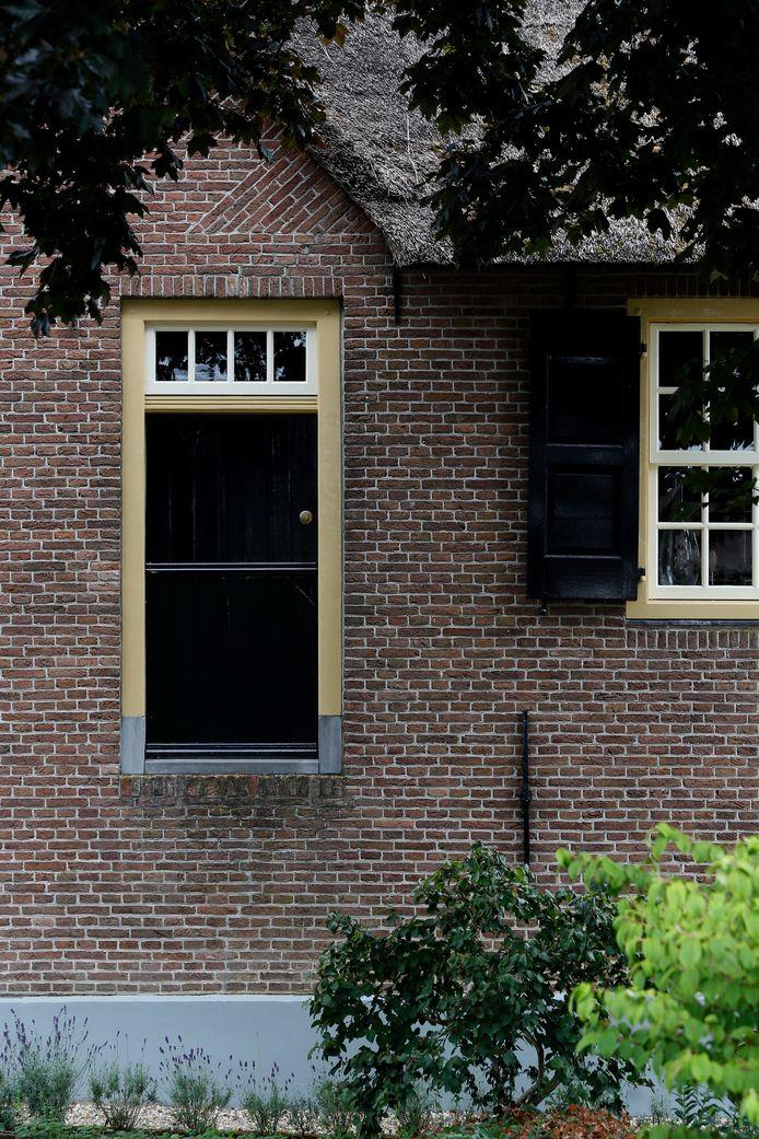 Langs de Bovenkerkseweg, net buiten de dorpskern, is nog een fraaie oude boerderij te vinden, die een originele vloeddeur naast de voordeur heeft.