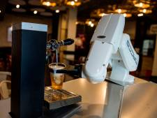 Dans ce bar, c'est un robot qui sert les bières