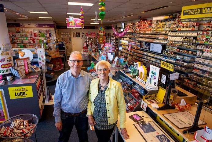 Marcel en Anja Besselink stoppen per 1 januari met de Tabak- en Gemakshop. Na 93 jaar komt er een einde aan een tijdperk