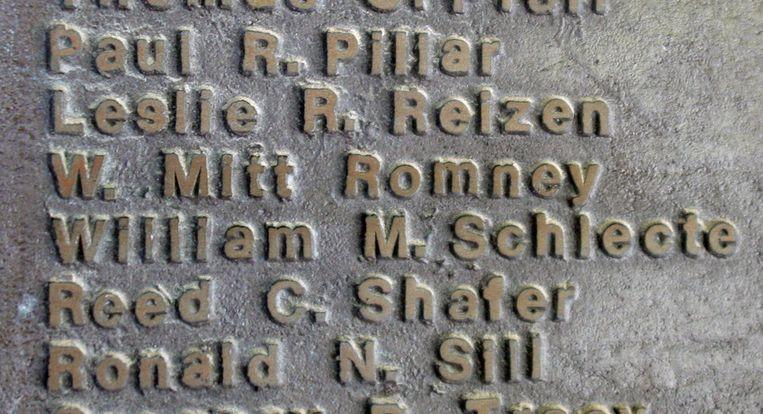 Romneys naam staat op een plakkaat van afgestudeerde leerlingen.