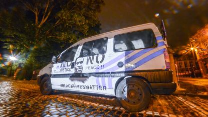 Activistenbeweging projecteert afbeelding van George Floyd op politiewagen en Brussels Justitiepaleis