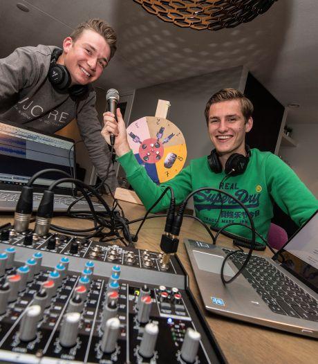 Marnick en Niels maken 'Wat als?! De podcast' om de coronatijd door te komen