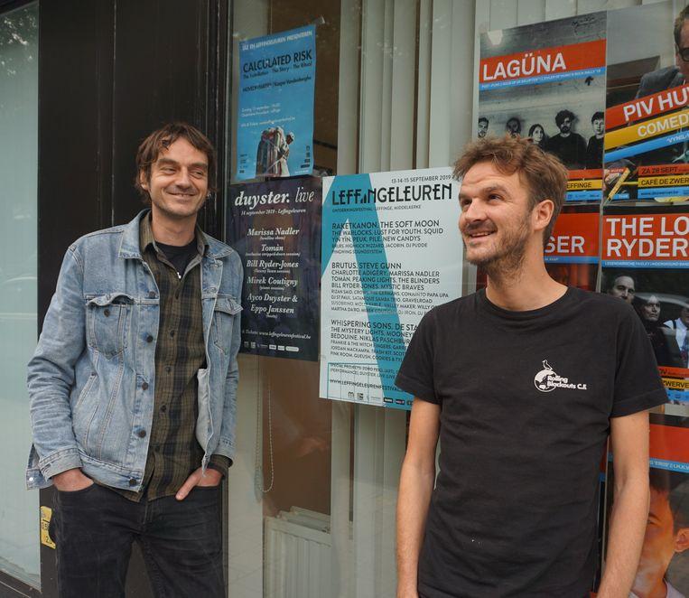 Lode Pauwels (links) en Wouter Vanmeenen van De Zwerver zijn fier op de affiche.
