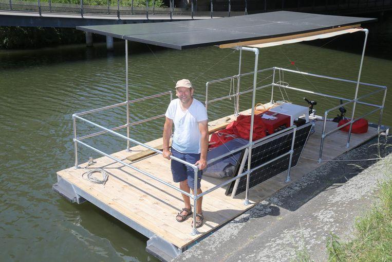 Geert Dekleermaeker op een vlot dat hij zelf ontworpen heeft.