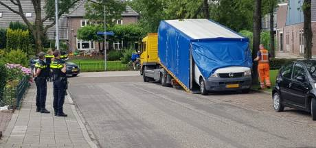 Politie doet onderzoek naar geparkeerd wit busje in Winssen na dodelijke schietpartij in Beuningen