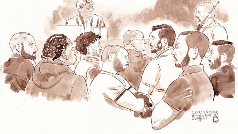 Rechtbanktekening met (vnl.) Zakaria S., Werner E., Ayyoub Y., Mario R., Jaouad W., Levi B., Toufik S.,Mourad B. en achter: rechtbank voorzitter Mr. Martens en de getuige deskundige in de rechtzaal Beeld anp