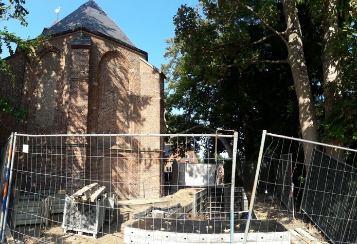 De grafkelder in aanbouw aan de voet van de monumentale Eilandkerk in Nederhemert-Zuid.