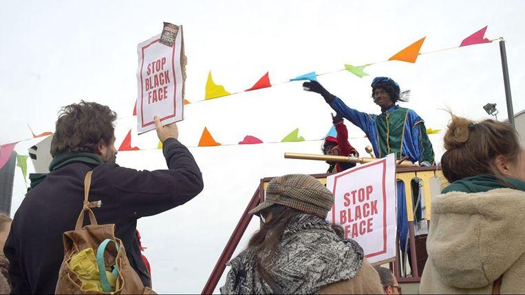 De actievoerders hielden een stil protest en droegen bordjes met het opschrift 'Stop Black Face'.