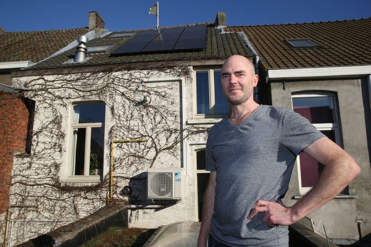 Het dak van Valentijn Van Baelen ligt vol met zonnepanelen, maar de energie die hij er mee opwekt kan hij niet gebruiken om een elektrische wagen op te laden.
