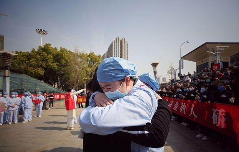 Twee medische medewerkers nemen op emotionele wijze afscheid.