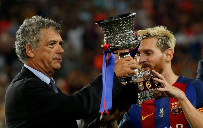 Voorzitter Angel Maria Villar overhandigt de Spaanse Super Cup aan Lionel Messi