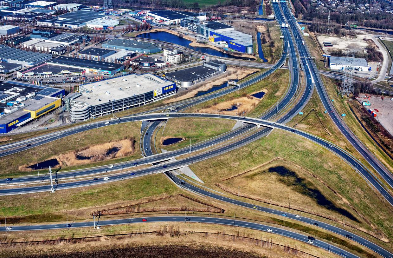 Knooppunt Ekkersrijt aan de noordkant van Eindhoven met de A50 en de John F. Kennedylaan richting het centrum.  In 2014 mislukte het plan van de provincie om hier een oostelijke verbinding te maken richting de N279 bij Helmond.Dan was de Ruit om Eindhoven compleet geweest. Beeld Raymond Rutting / de Volkskrant