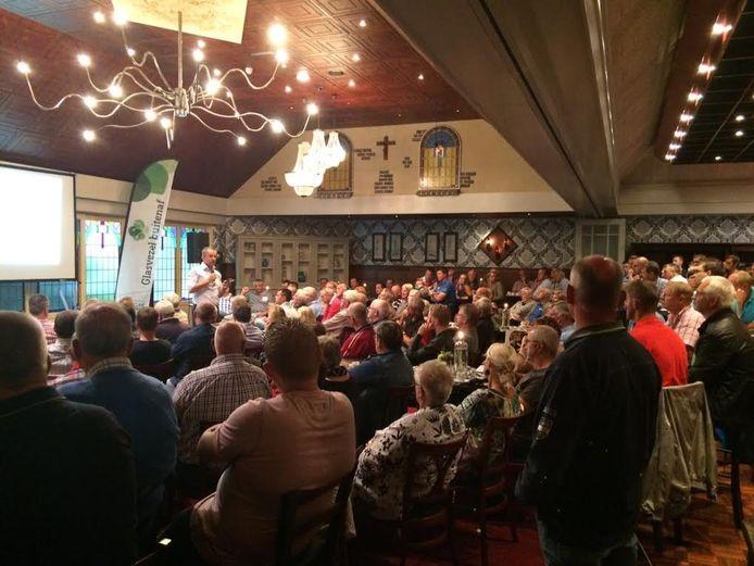 De informatieavonden over glasvezel op het platteland in Tubbergen zijn massaal bezocht, zoals bij Morshuis in Albergen, waar 250 belangstellenden aanwezig waren.