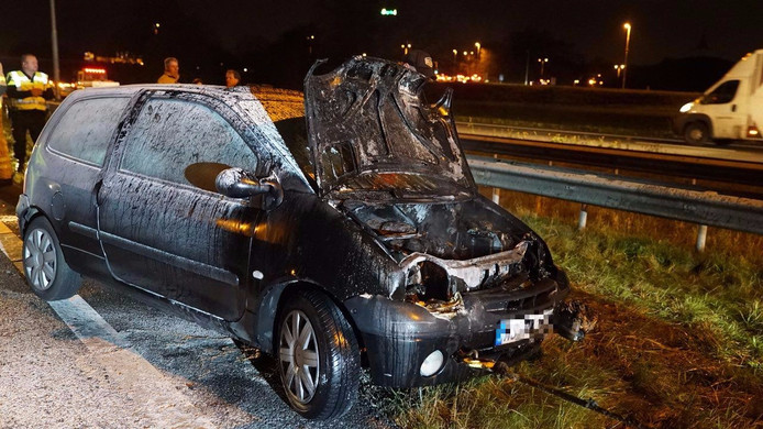 De middelste auto vloog in brand bij het ongeluk.