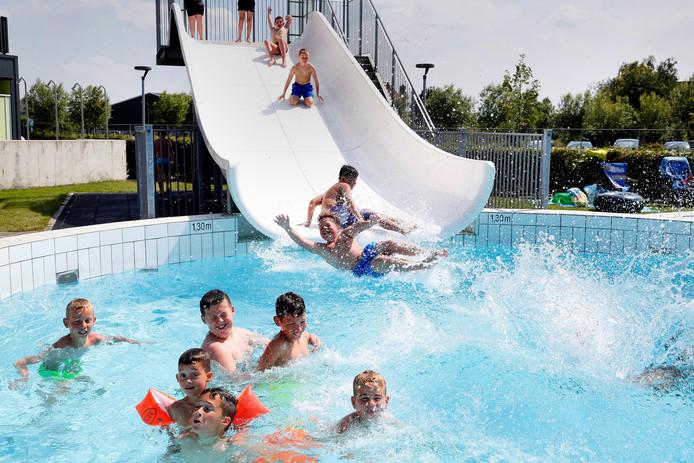 Na een klamme schooldag een heerlijke duik in Aqua Altena in Andel, dat ook een 'tropenrooster' volgt.