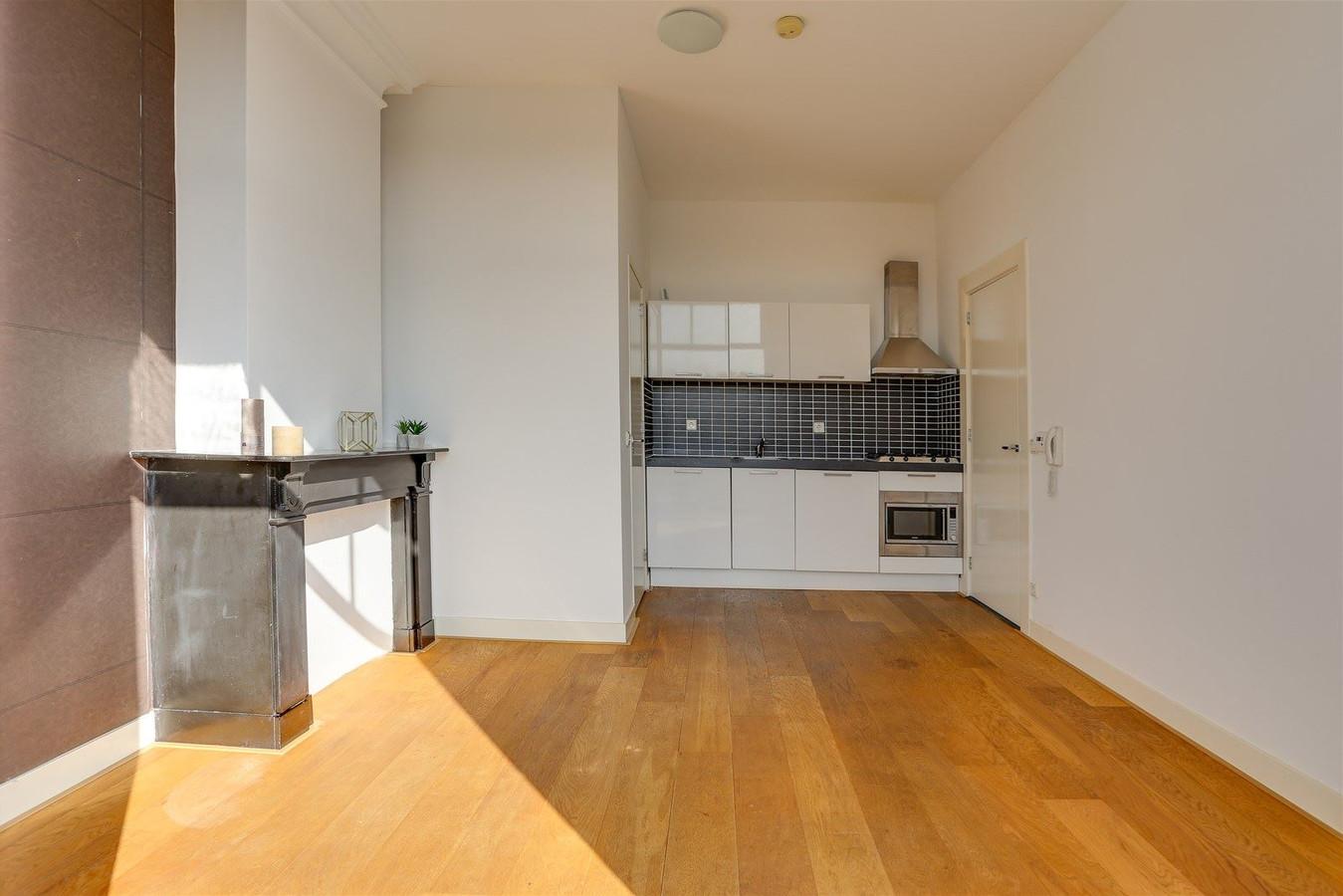 Het appartement heeft twee kamers en een kleine badkamer. Ook de keuken is niet groot. Toch wordt ruim 8000 euro per vierkante meter gevraagd.