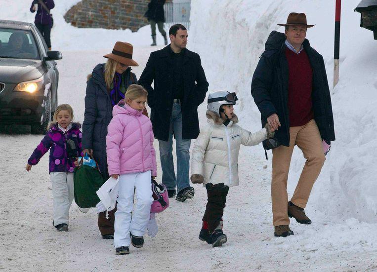 Het gezin van prins Willem-Alexander en prinses Máxima vanochtend in Lech. Beeld REUTERS
