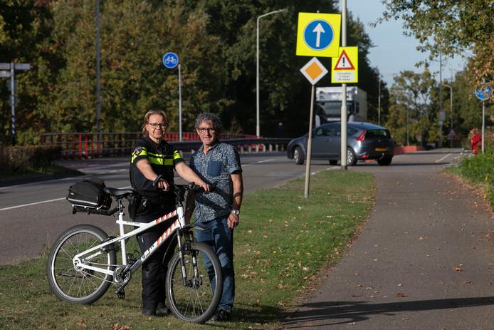 Carolien Abrahams en Piet Kemps bij het gevaarlijke kruispunt op de Kempenweg in Oirschot.