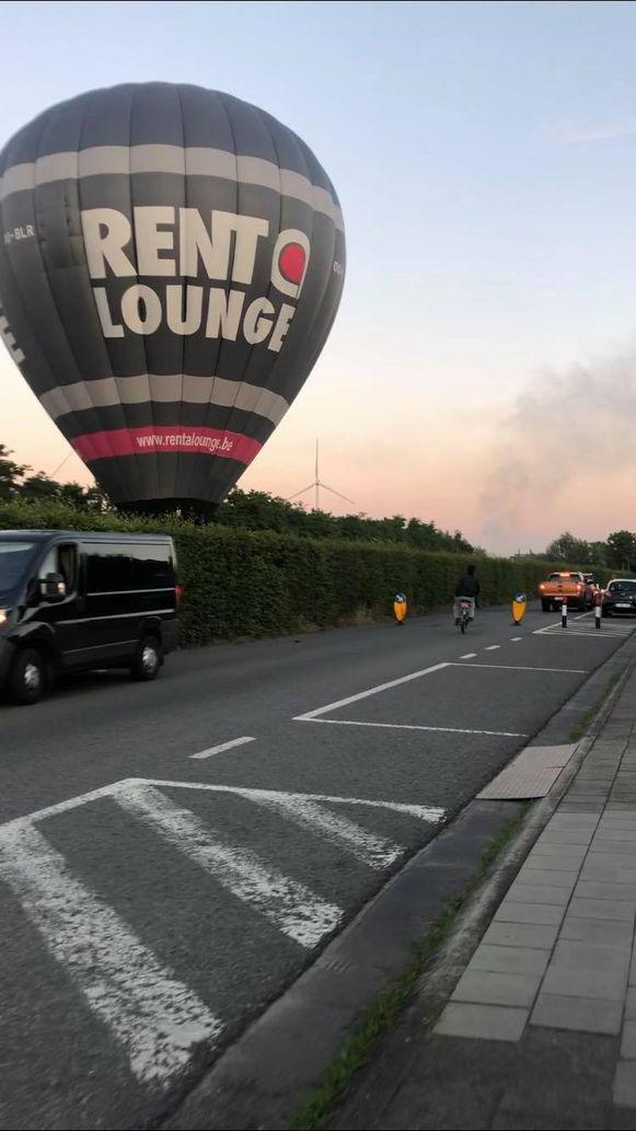 De luchtballon landde tussen de treinsporen en het kanaal in Zelzate.