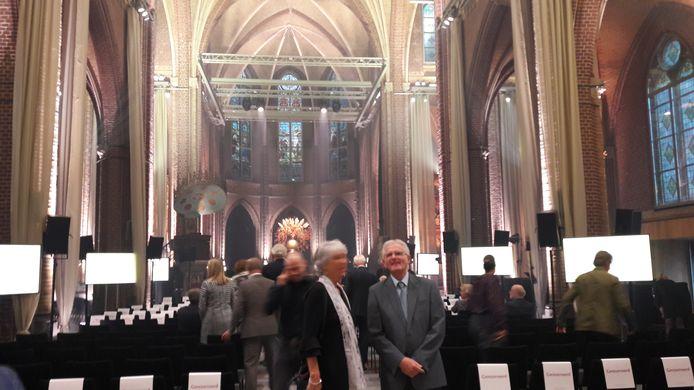 Pater Augustijn Louis Mulder in gesprek in de Paterskerk, nu ceremoniehuis in DOMUSDELA in Eindhoven.
