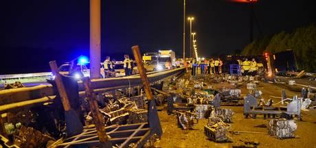 Motorblokken vliegen over A58 uit gekantelde vrachtwagen; weg urenlang afgesloten