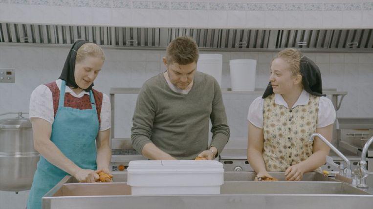 De Vlaamse tv-kok Jeroen Meus kookt een potje bij de hutterieten in Canada. Beeld Een