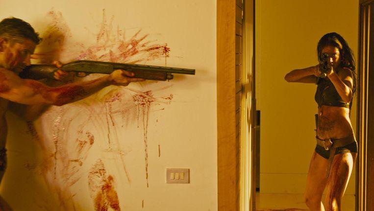 In Revenge is het motief van het slachtoffer (een rol van Matilda Lutz) om het wapen op te pakken niet ingegeven door wraak maar door zelfverdediging Beeld
