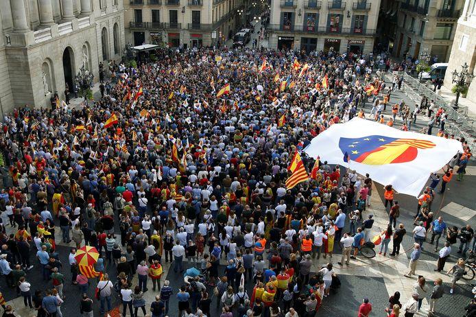 Aanhangers van een Verenigd Spanje zijn nu bijeen in het centrum van Barcelona.