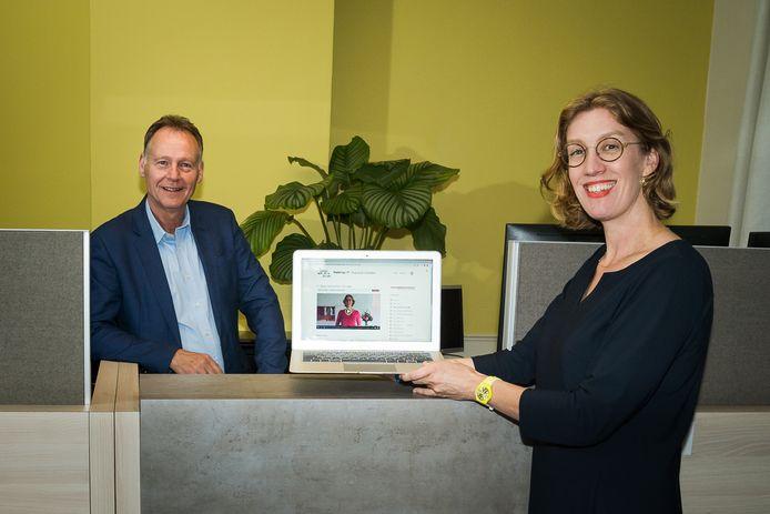 Dick van Maanen en Liselotte Maas die het online-programma 'Stap uit je schulden' ontwikkelden.