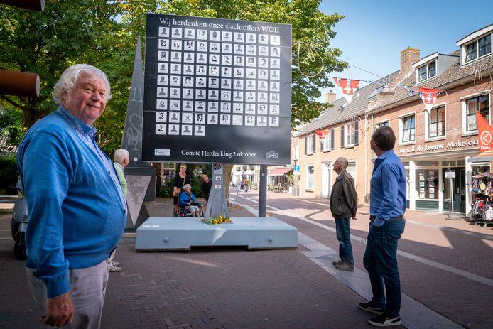 Henk Eerden bij het gelegenheidsmonument in de Langestraat in Huissen (rechts Sjoerd Wannet). Foto: Erik van 't Hullenaar.
