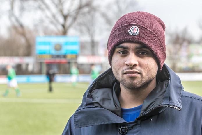 Uwais Goelag is trainer van de jongens D van SV Zwolle en werd voor hun ogen door een aantal mensen afgetuigd.