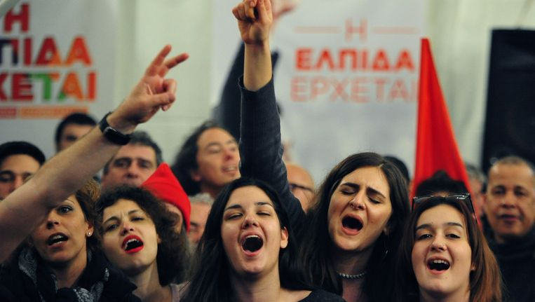 Supporters van de links-radicale oppositiepartij Syriza in Athene vanavond. Beeld ap